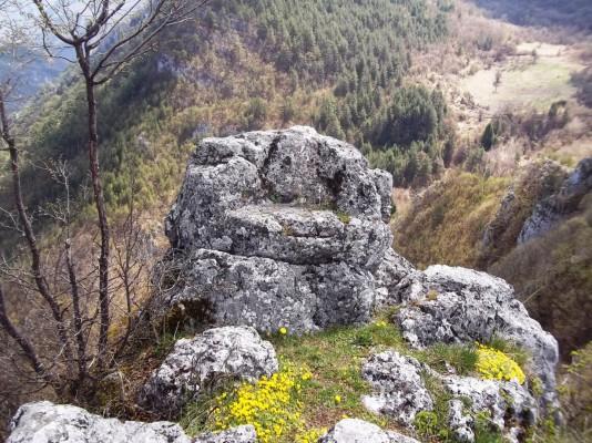 21-Srednjovjekovni-grad-Vratar-kamena-sudijska-stolica1-1230x923